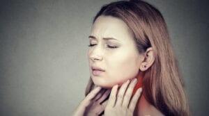 Pacjentka w ciąży z bólem gardła.
