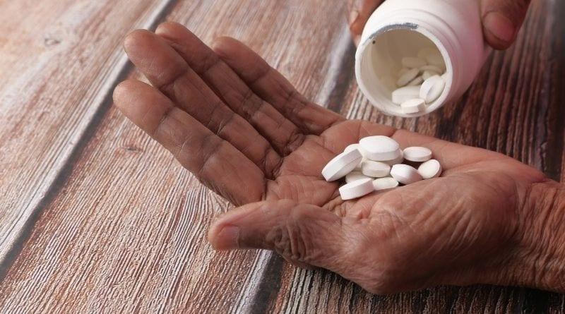 Poza działaniem przeciwalergicznym, w lecznictwie wykorzystuje się także wpływ difenhydraminy na ośrodkowy układ nerwowy m.in. powodowanie senności.
