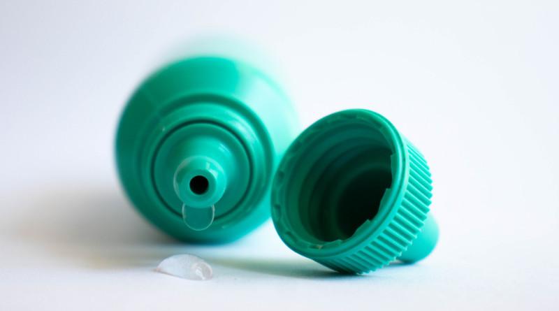 Krople oczne z antybiotykiem stosowane do nosa.